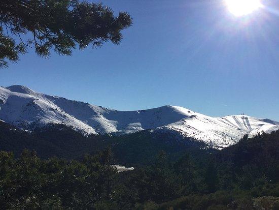 Sierra de Guadarrama, Spanien: Montañas nevadas que puede ser vistas desde el Parque Narural de Peñalara en la Sierra de Guadar