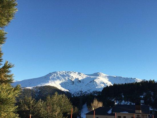 Vistas de las montañas nevadas en la sierra de Guadarrama
