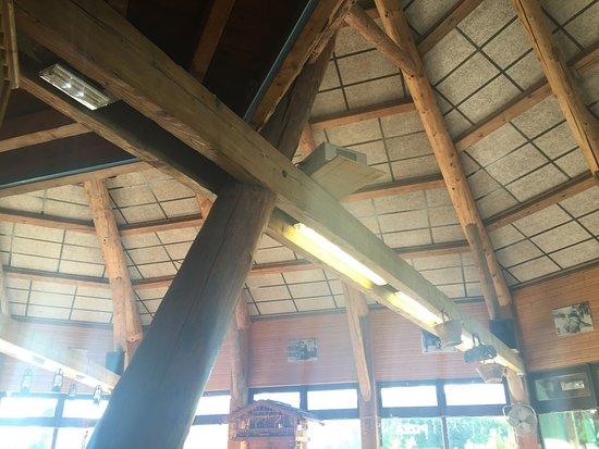 La Taverne de l'Arc : Arredamento in legno. Originale anche il soppalco