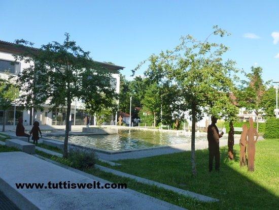 Hotel Hembacher Hof: Brunnenanlage vor dem Hotel
