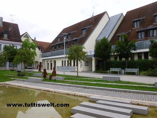 Rednitzhembach, Alemania: Brunnenanlage vor dem haus