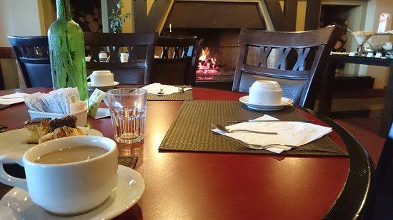 Hotel Continental Canela: Cafe da Manhã ao lado da lareira