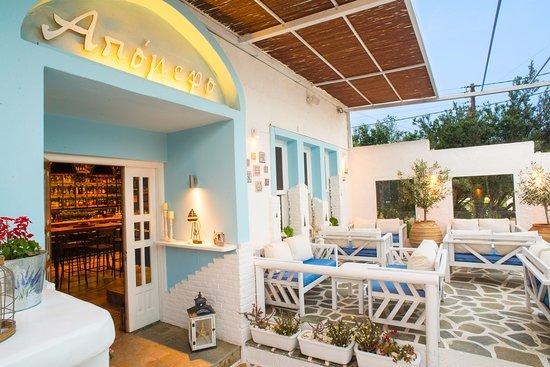 Gavrio, Grèce : Apomero courtyard and entrance