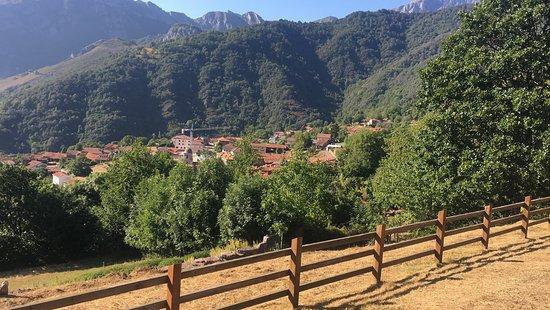 Oseja de Sajambre, España: Vista de Oseja desde Area recreativa en la parte alta del pueblo