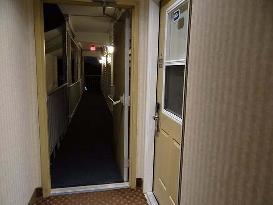 Atlantic Oceanside Hotel and Event Center: Most of rooms are exposed to outside staircases