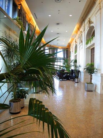 Le hall d\'entrée, avec les fauteuil de l\'ancien bar - Picture of ...