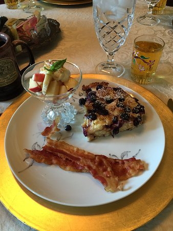 Apple Tree Lane Bed & Breakfast: Breakfast of stuffed french toast, bacon and fruit.