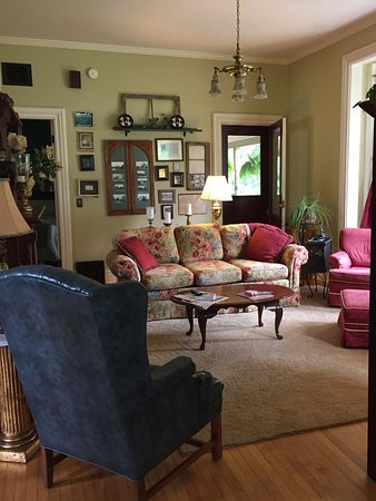Waupaca, WI: Common area sitting room.