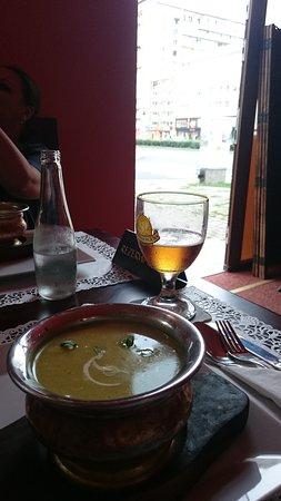 Kathmandu Restaurant : Blick vom Tisch direkt auf die starke befahrene Straße