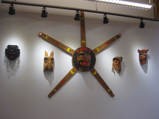 Cumberland, Canadá: First Nation's art adorns the walls.