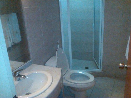 Hotel Coliseo : Baño de la habitacion