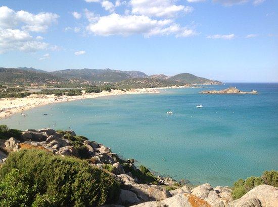 Domus de Maria, Italy: Panorama della spiaggia di Chia dal promontorio che la chiude a sud ovest