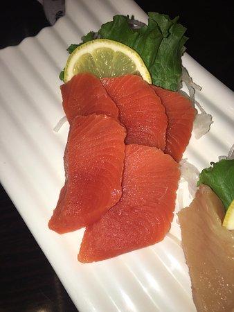Surrey, Kanada: Caterpillar Roll and Sockeye Salmon and Tuna sashimi. The fish was better than I have had in yea