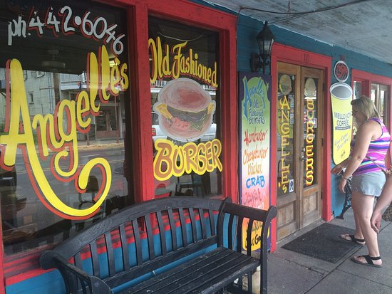 Angelle's Ice Cream Shoppe & Grille: Great food and service. We all had cheeseburgers and fries or onion rings. The burgers had a lit