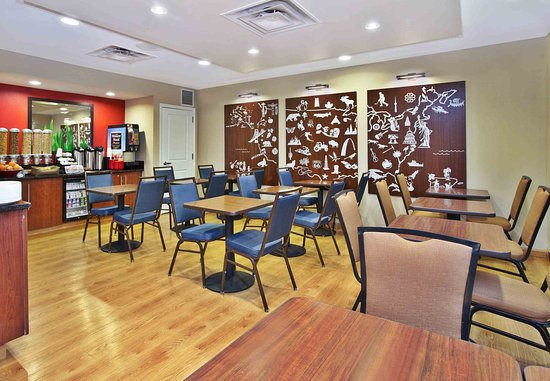 TownePlace Suites Republic Airport Long Island/Farmingdale: Breakfast Area