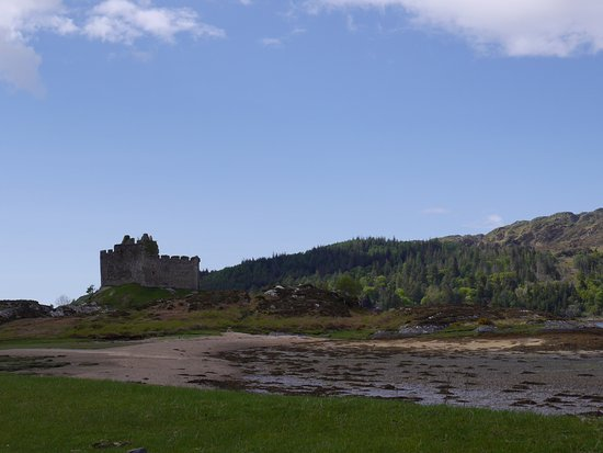 Lochaber, UK: Castle Tioram and beach