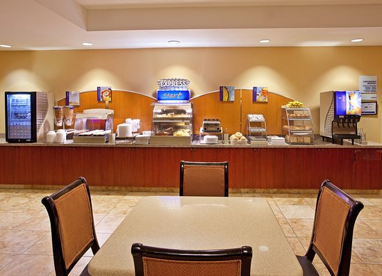 Holiday Inn Express & Suites Niagara Falls: Breakfast made for you every morning, try the cinnamon buns!