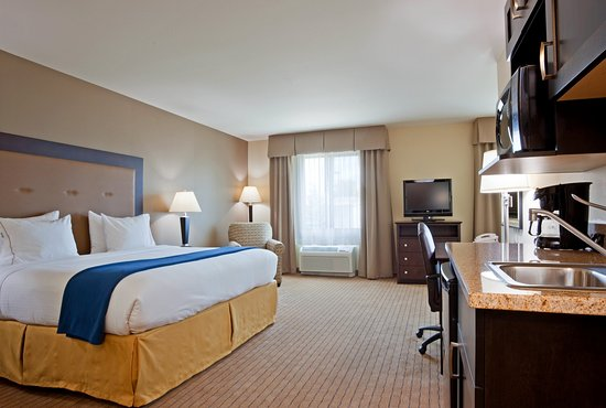 Verona, WI: King Bedroom Whirlpool Suite