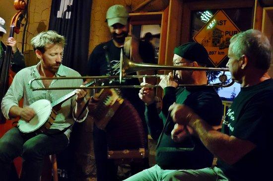 """Saint-Agreve, فرنسا: Musique cajun par le groupe """"ne lâche pas la patate""""."""