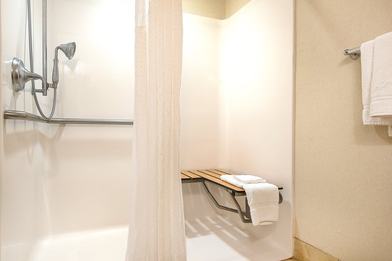 Haskell, Nueva Jersey: ADA/Handicapped accessible Guest Bathroom with roll-in shower