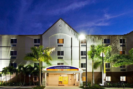 Candlewood Suites Fort Myers Sanibel / Gateway: Hotel Exterior at Night