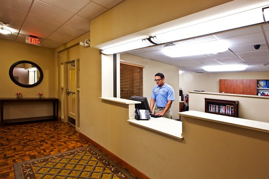 Candlewood Suites Fort Myers Sanibel / Gateway: Front Desk