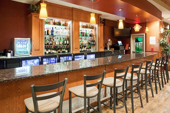 Holiday Inn Hotel & Suites Grand Junction-Airport: Enjoy a glass of wine at the Grand Valley Grill