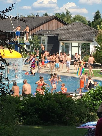 Usseln, Germany: Zwembad met duikplank