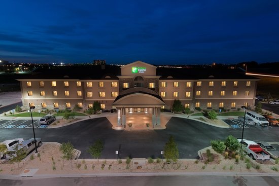 Holiday Inn Express Hotel & Suites Denver Northeast - Brighton: Hotel Exterior at Night