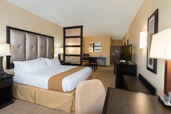Holiday Inn Express Hotel & Suites Denver Northeast - Brighton: Inviting ADA/Handicapped Suite
