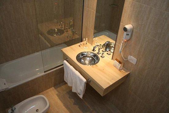 Monarca Hoteles: Bathroom