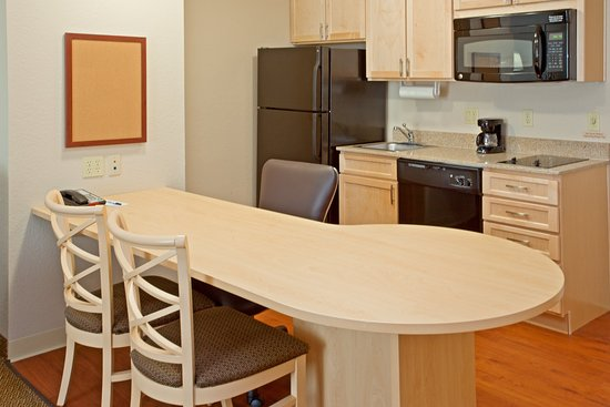 Candlewood Suites Houston, The Woodlands: One Bedroom King Suite Dining and Kitchen