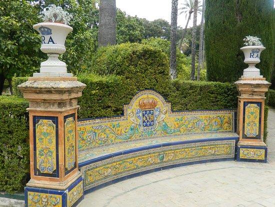 jardines de los reales alczares bancos de descanso decorados