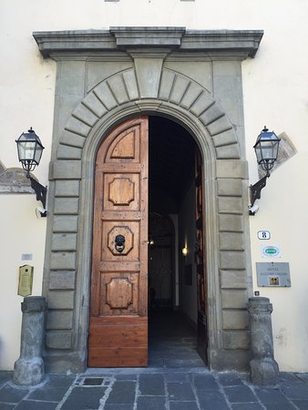 Hotel Aldobrandini: The entrance door on the first floor