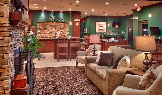 Staybridge Suites Omaha 80th & Dodge: The hotel lobby is a great place to relax and get things done
