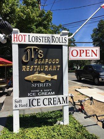 JT's Seafood: Lobster roll parfait hamburger délicieux et scampis grillés de folie on y retournera pour une gl