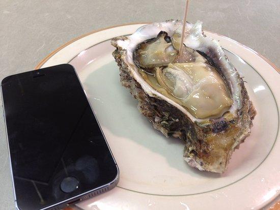 Kitaro Tairyo Shrine: ぷりっぷりの岩牡蠣を食べながらお参り。