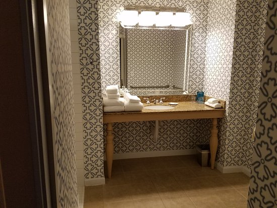 Hotel Monaco Seattle - a Kimpton Hotel: Entry into fully accessible bathroom