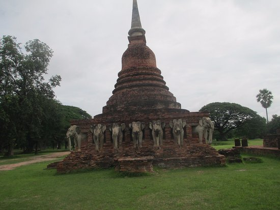 Wat Sorasak : THE GROUNDS ARE IMMACULATE