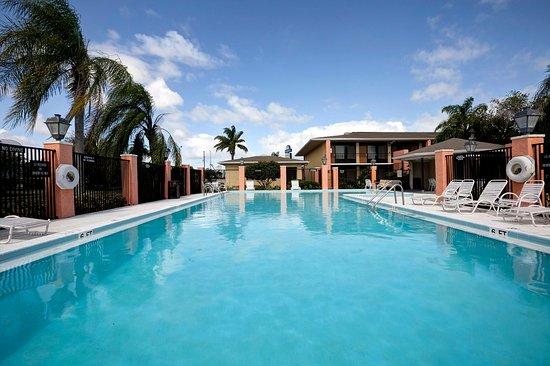 Americas Best Value Inn: Pool
