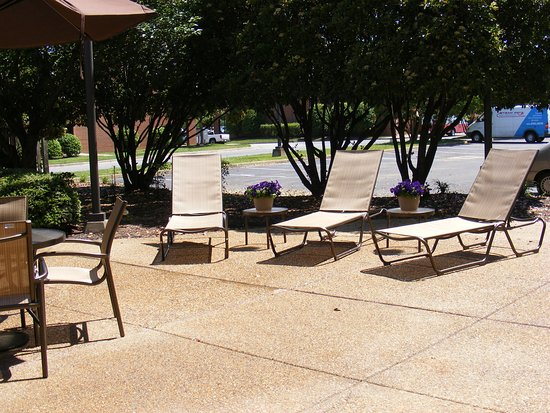 Holiday Inn Express Fredericksburg Southpoint: Guest Patio