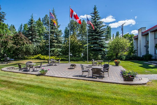 Quality Inn Quesnel: Patio Area