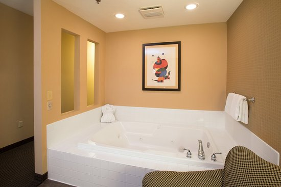 Lake Elmo, MN: whirlpool suite