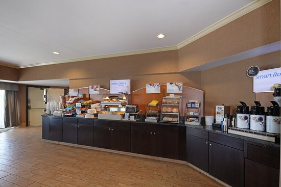 Holiday Inn Express Port Hueneme: Breakfast Bar