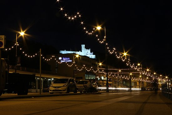 BEST WESTERN Palace Hotel & Casino: The Douglas promenade is lit up at night and the view from the hotel and of the hotel are really