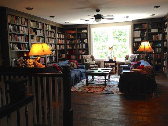 Butterfly Meadows Inn and Farm: Library/Common Room