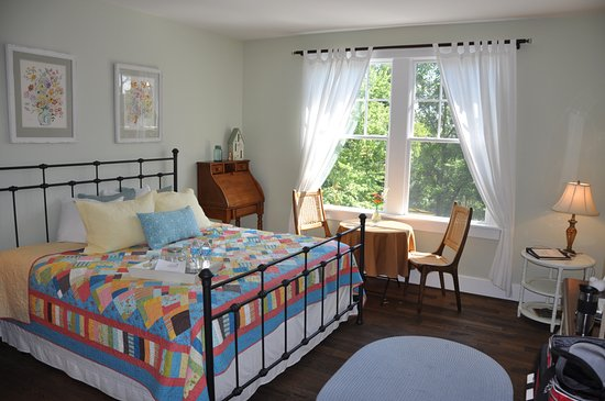 Butterfly Meadows Inn and Farm: Cheerful, comfortable guest room.