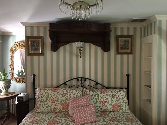 House of 1833: view of king size bed
