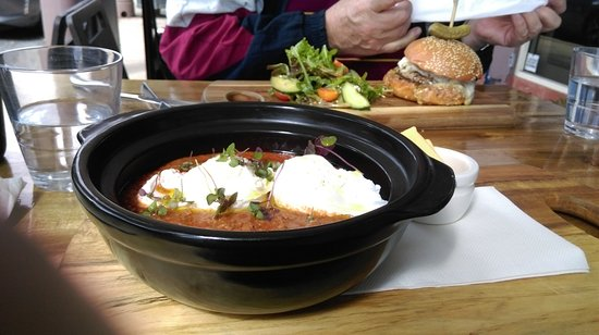 Mount Gravatt, Αυστραλία: Savoury mince with poached eggs and toast - yummo