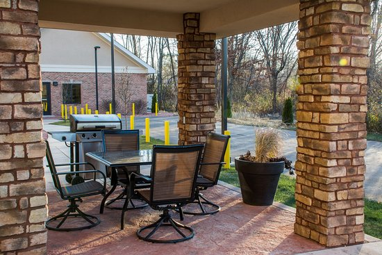Staybridge Suites Schererville: Courtyard